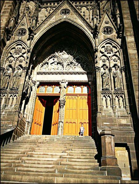 Adriel devant cathédrale re