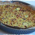 Tarte salée complète {petit épeautre, courgette, brebis, raisins secs, ras-el-hanout ; végé}