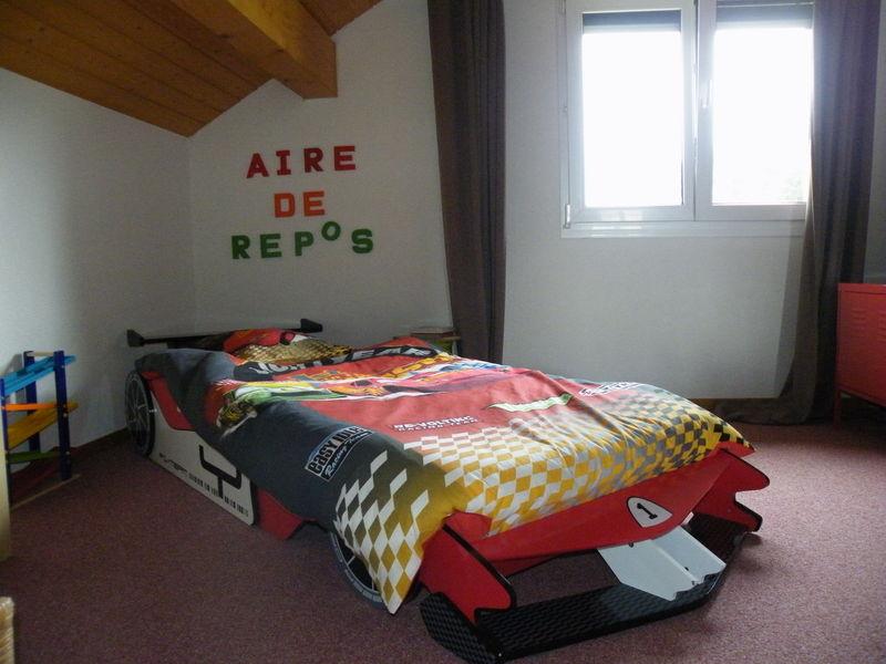 Deco chambre voiture garcon maison design - Chambre garcon voiture ...