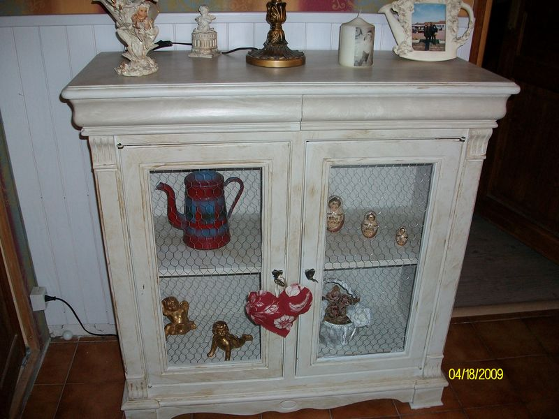 meuble grillage armoire deux portes blanche et grise avec grillage poules meuble grillage a. Black Bedroom Furniture Sets. Home Design Ideas