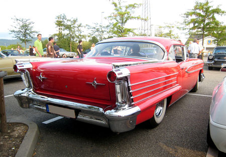Oldsmobile_dynamic_eighty_eight_holiday_hardtop_coupe_de_1958__Rencard_du_Burger_King__02