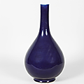 Important vase bouteille  long col en porcelaine et mail bleu saphir. Chine, priode Jiaqing. XVIIIe sicle