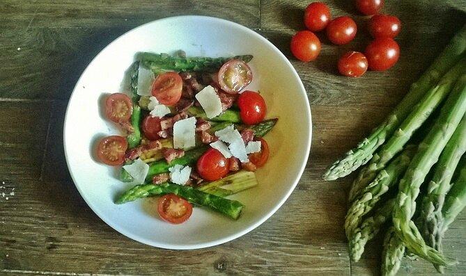 Salade tiède d'asperge aux tomates cerises, lardons et Parmesan