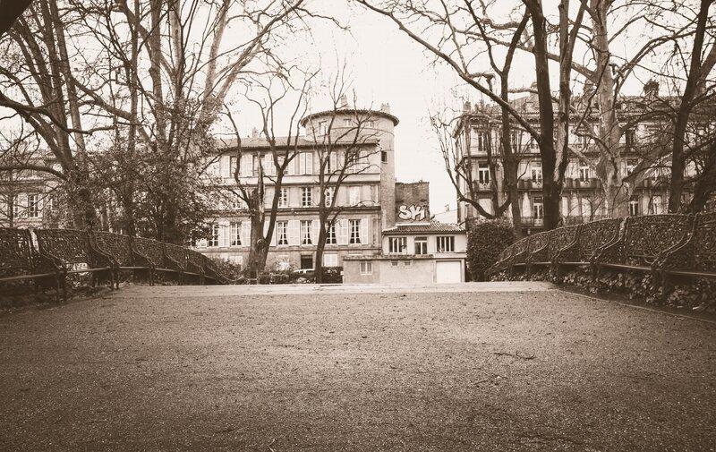 Rangées de bancs au Jardin Royal
