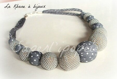 collier gris clair à pois blancs1
