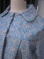 Ciré court AGLAE en coton enduit blanc fleuri ciel fermé par 2 pressions dissimulés sous 2 gros boutons recouverts dans le mm tissu (4)