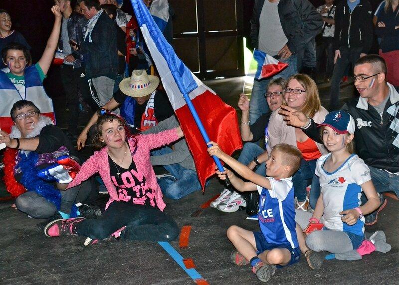 FRANCE - EIRE 2016 RETANSMISSION SALLE CARPENTIER enfants accroupis