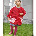 DSCN7372-owly-mary-du-pole-nord-tablier-enfant-fraise-rouge-pois-rose-hanae-blouse-coton-tissu-strawberry-fuchsia-school-dots