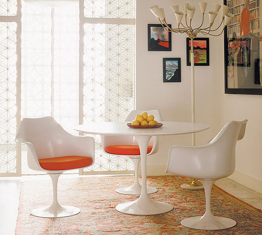 Tulip_chairs_and_table_Saarinen