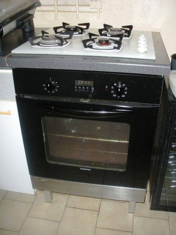 four ariston encastrable avec pyrolyse 150 meubles vendre. Black Bedroom Furniture Sets. Home Design Ideas