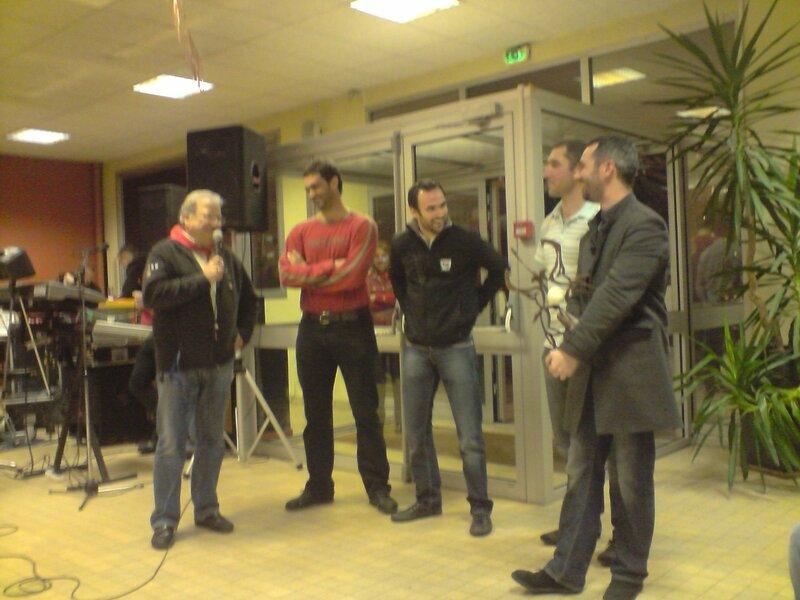 Bernard Lacoste félicite les vainqueurs (Denis Marzat et Yannick Laberdesque et les finalistes (Olivier Laberdesque et Nicolas Bordenave)