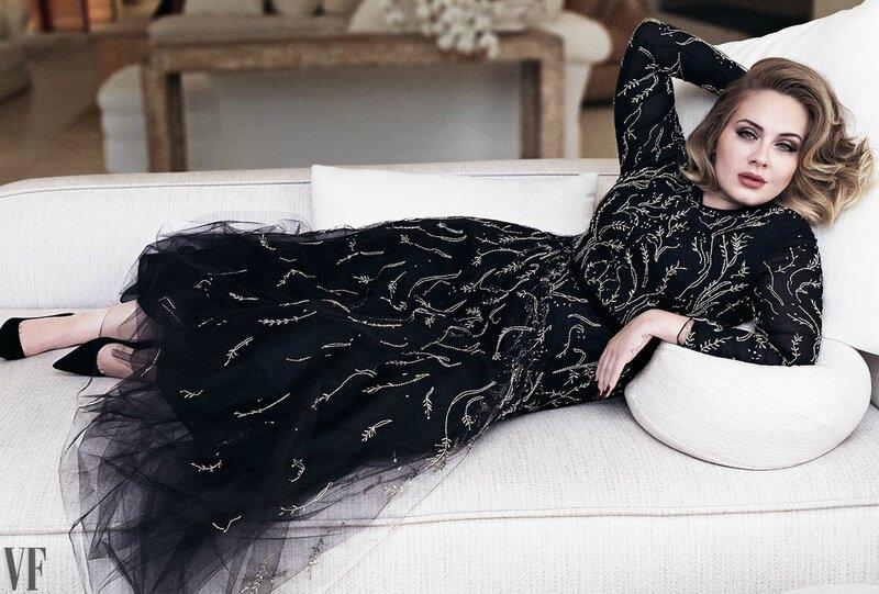 Adele sur un sofa vintage