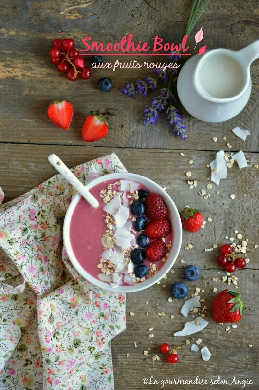 smoothie bowl aux fruits rouges vegan