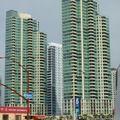 ...et un peu plus loin les gratte-ciel modernes...