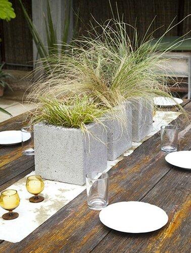 idee-deco-jardiniere-avec-parpaing-pour-chemin-de-table-dans-jardin