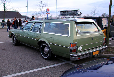 Oldsmobile_custom_cruiser_4_door_station_wagon__Rencard_du_burger_king_avril_2010__02