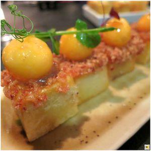 Tortilla espagnole en bouchées, compotée d'oignons et _sphérification_ de jaune d'oeuf