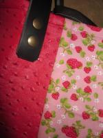 Sac FELICIE n°5 en coton rose imprimé fraise et simili autruche framboise