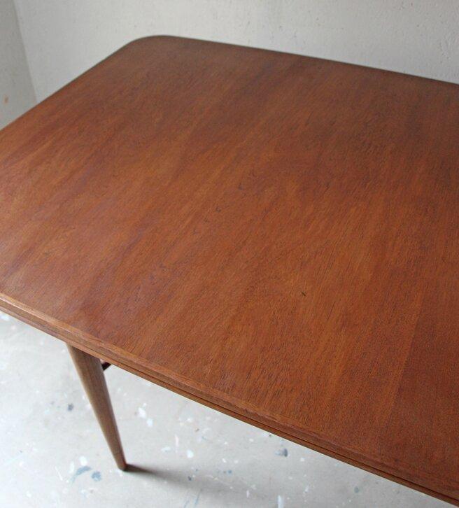 table-a-manger-scandinave-en-teck-detail-plateau
