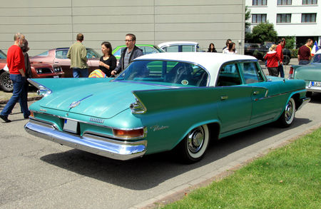 Chrysler_windsor_4door_sedan_de_1961__RegioMotoClassica_2010__02
