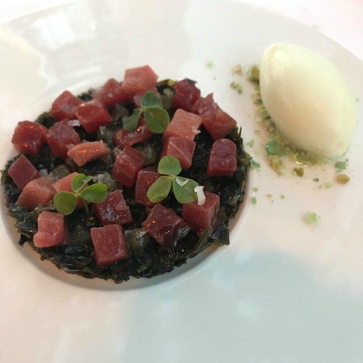 Le thon rouge ikejime à cru, algues marines au cédrat, sorbet wasabi