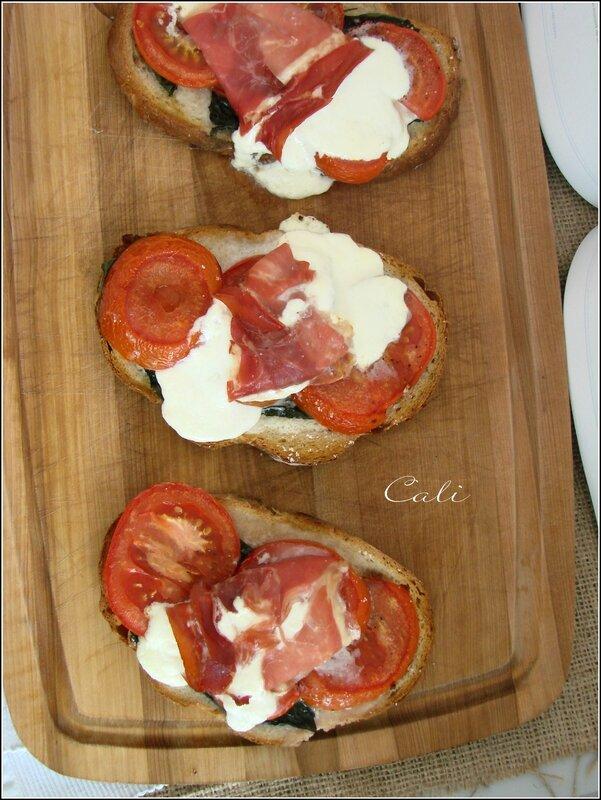 Tartines Tomates-Basilic & Mozzarella Fondue en Robe de Prosciutto 001