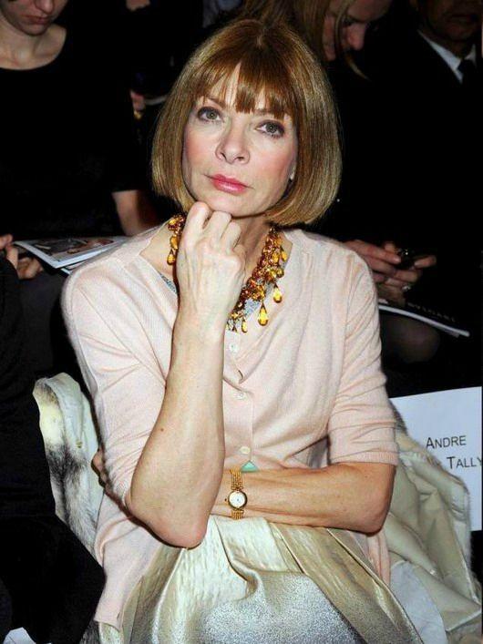 Anna Wintour, rédactrice en chef de l'édition américaine du magazine Vogue, regarde à la caméra