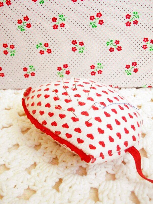 pique-aiguille-coeur-dentelle-bouton-adhésif-kitsch-kitchen-fleurs-napperon-crochet