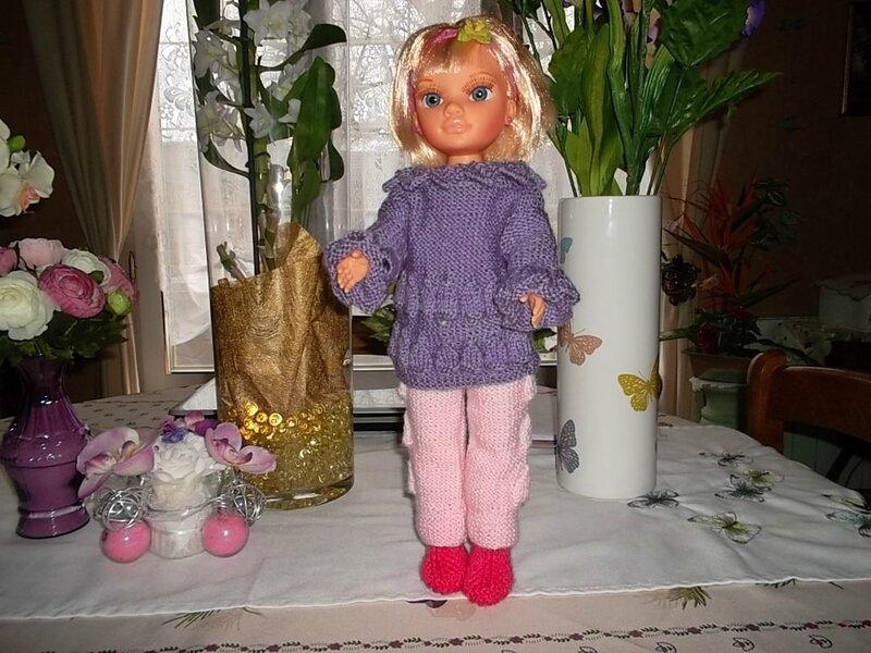 Nancy &son pantalon et pull à clochettes plus près (Nathalie)