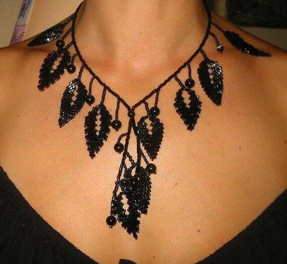collar hojas negras