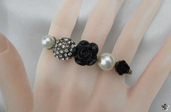 Bague 3 Doigts Roses Noires ,Perles Nacrées et Strass Métal Couleur Bronze