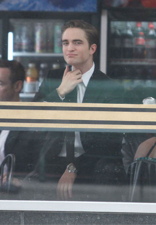 robert-pattinson-cosmopolis-set-05292011-22