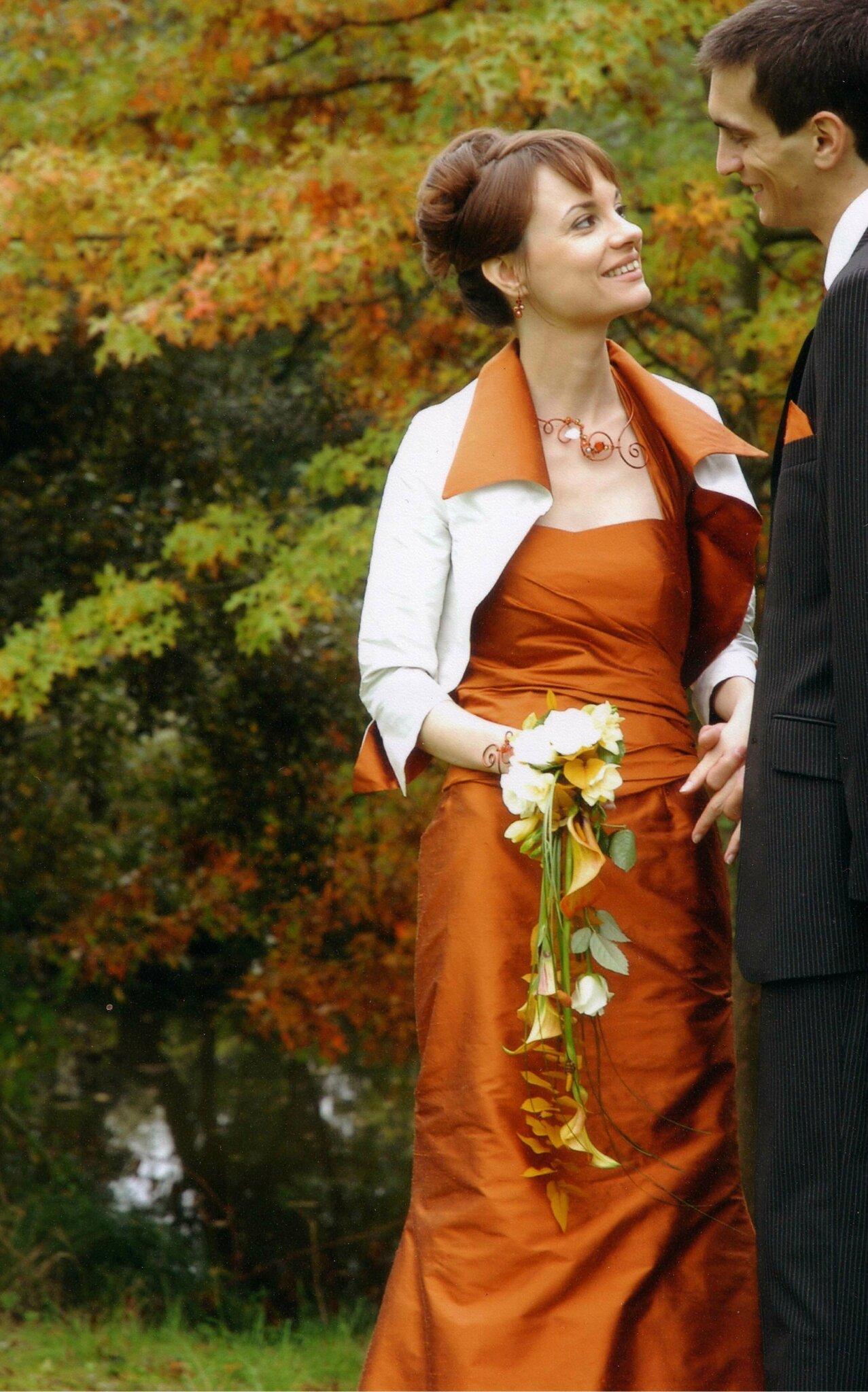 Mariage en automne robe de mari e orange bijoux volutes - Mariage couleur orange ...