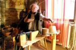 André Chapuis, vannier professionnel, crée des modèles, répare de l'ancien et enseigne la vannerie.