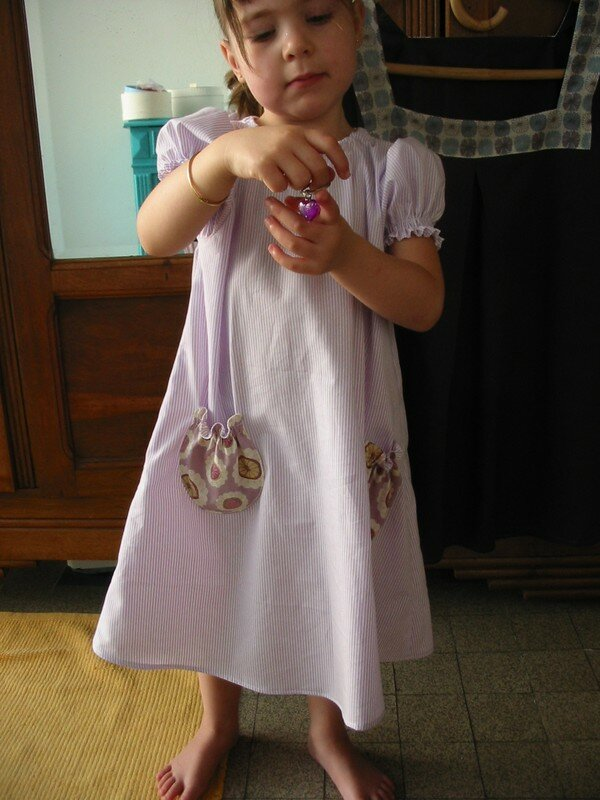 Maud en robe pour Louise, coton seersucker mauve et blanc rayé, et liberty springhill picnic