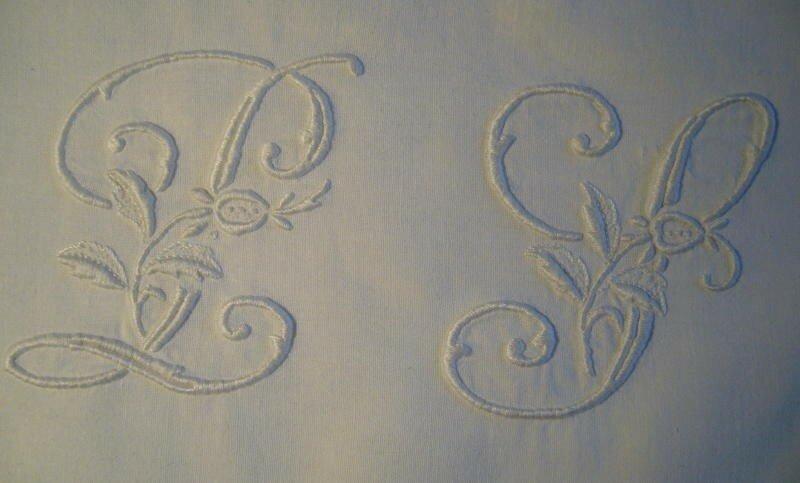 P S en blanc sur tissu ancien blanc