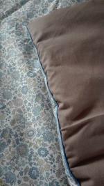 Plaid-Edredon en Liberty d'Anjo bleu et beige, dos de coton taupe, passepoil bleu 150x100 cm (7)