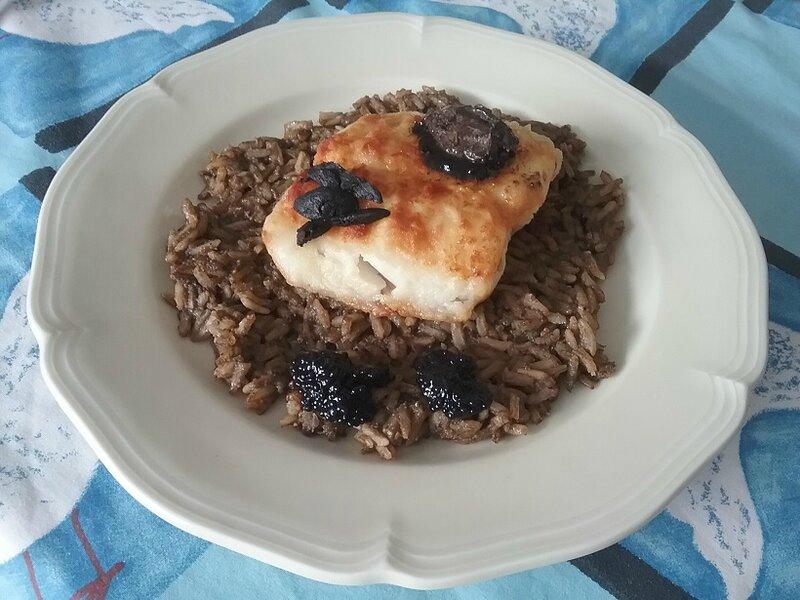 Pavés d'églefin poêlés au riz noir et à l'ail noir