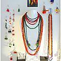 les bijoux en graines et plumes chatoyantes de Virginie..