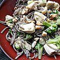 Nouilles soba sautées au poulet, brocoli, gingembre § noix de cajou