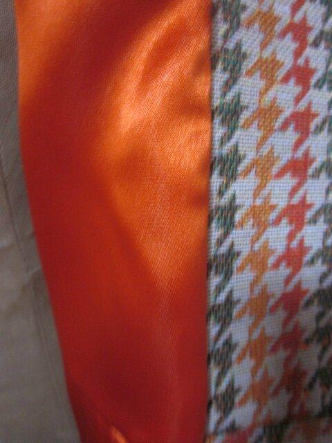 Manteau GISELE en toile polyester imprimé pied de poule kaki et orange - Doublure de satin orange - fermé par 3 pressions dissimulés sous 3 gros boutons recouverts (1)