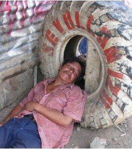 Homme-fatigue-dans-le-pneu--Nicaragua-