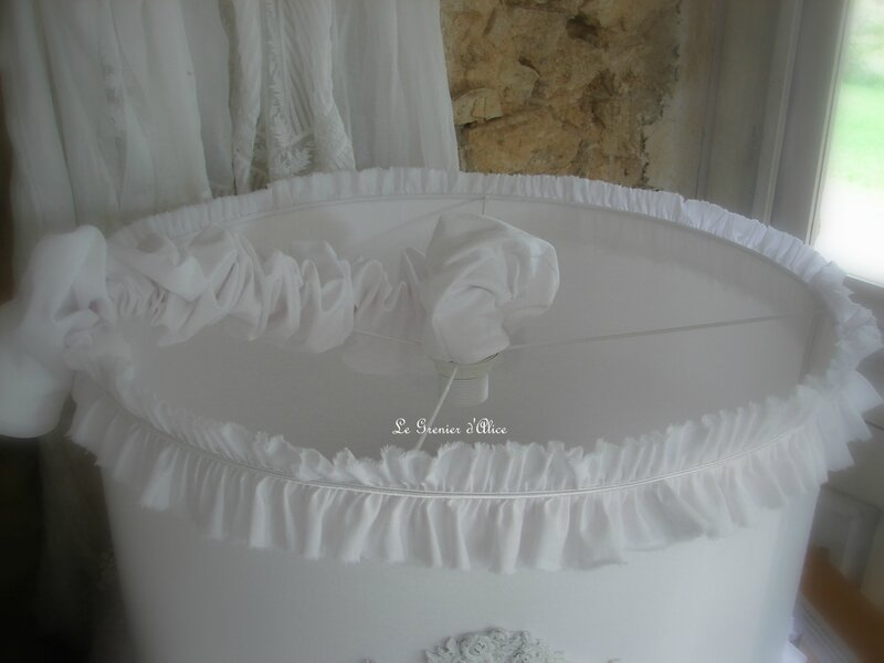 Abat jour suspension shabby chic drap blanc monogramme ornement patine blanc poudré shabby chic lampshade decoration romantique decoration shabby chic 2