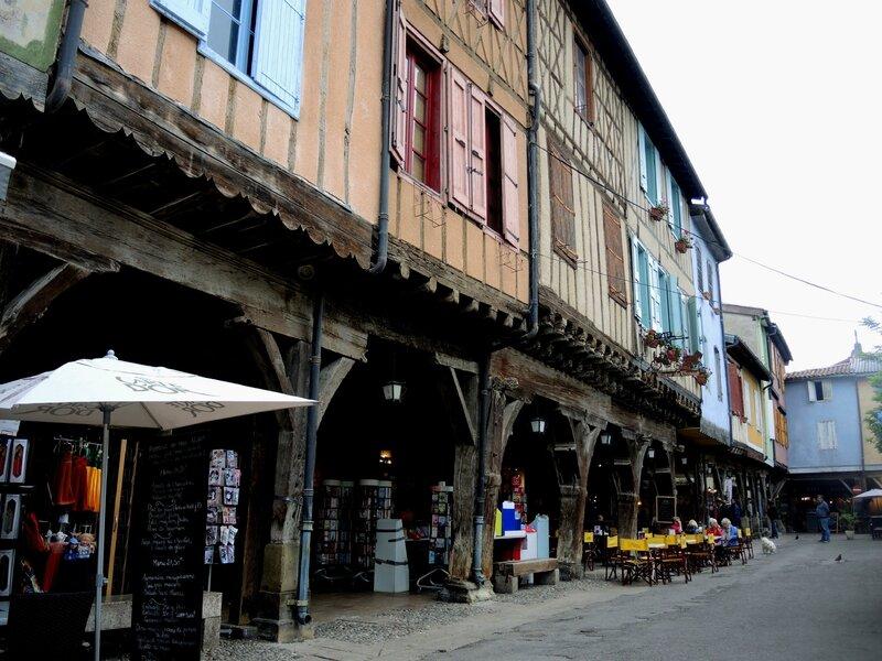 Mirepoix, place du Maréchal Leclerc, commerces à colombages (09)