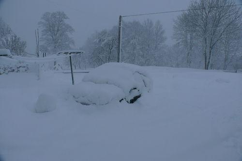 2008 12 14 Une voiture se cache sous la neige recouvert depuis se matin