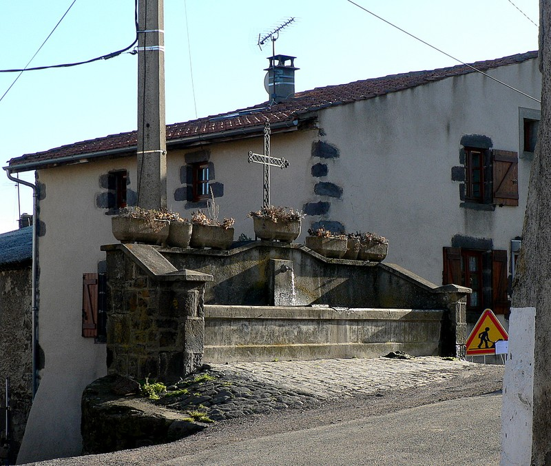 fontaine et croix à Nadaillat