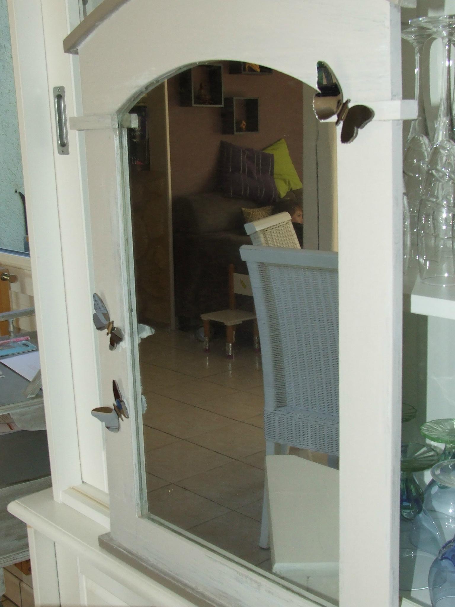 Meuble d'angle et son miroir, un duo so chic pour décorer son entrée!