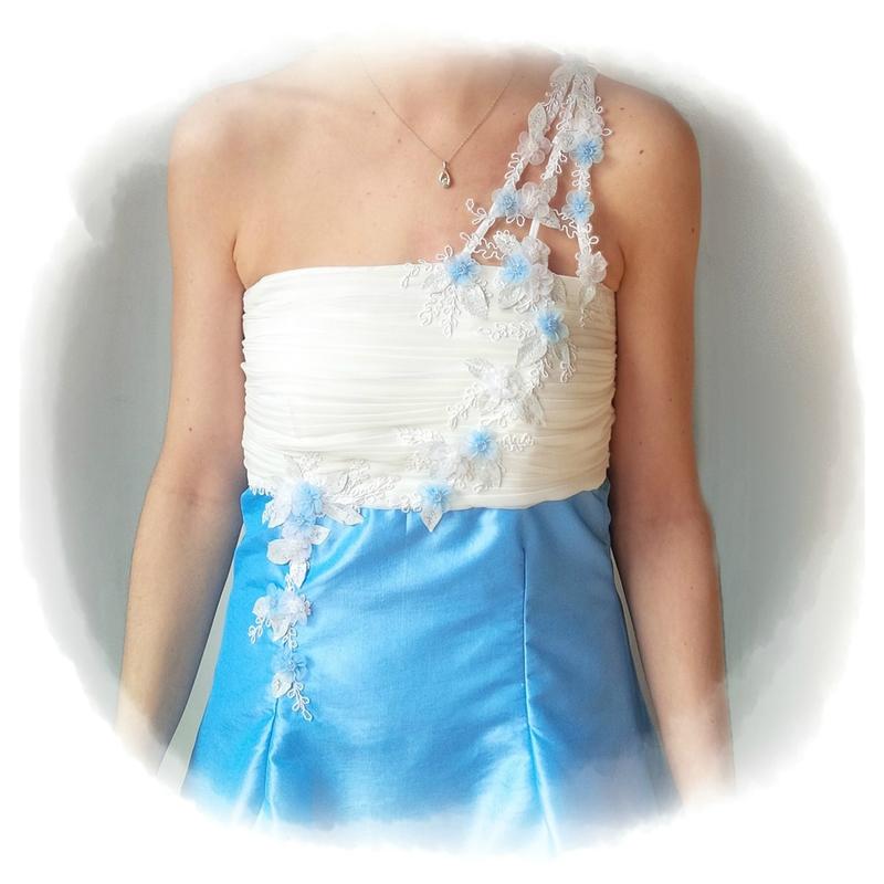 robe taffetas bleu détails broderies
