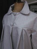 Ciré AGLAE en coton enduit gris clair fleuri rouge blanc bleu fermé par 2 pression dissimulés sous 2 boutons recouverts (8)