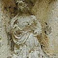 Marie couronnée dans une chapelle en ruine
